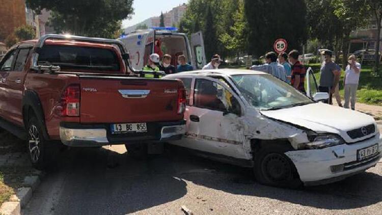 Kazada kamyonetin çarptığı aydınlatma direği 3 aracın üzerine devrildi