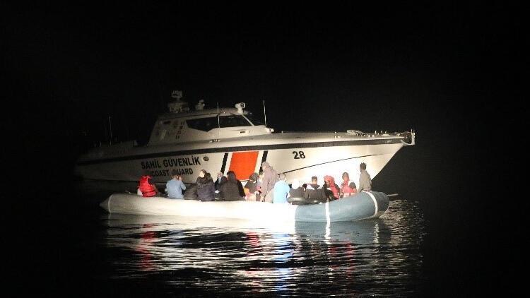 Yunanistan'ın ölüme terk ettiği 32 kaçak göçmeni Sahil Güvenlik kurtardı