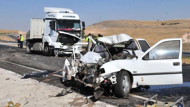 Korkunç kaza! TIR'ın çarptığı otomobildeki çift öldü