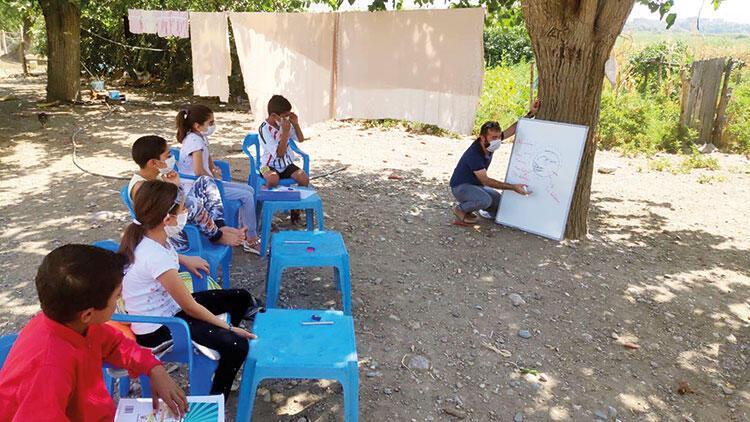 Köy köy gezip eğitim veriyor, bir ağaç gölgesi yeter