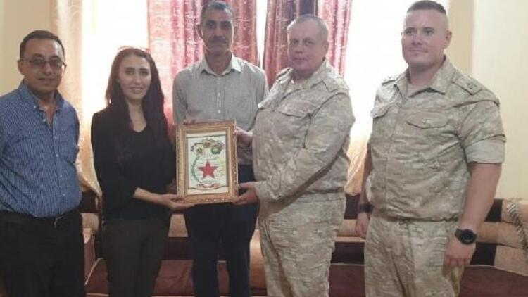 Rus askeri heyeti PYDli teröristlere plaket verdi