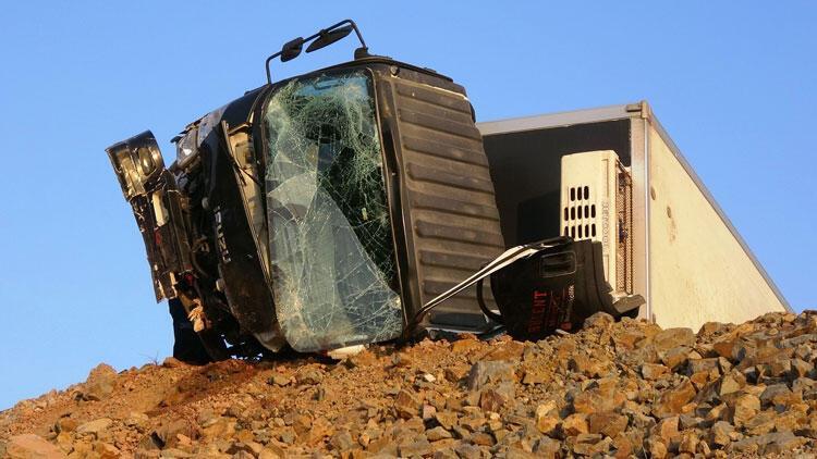 Bariyerlere çarparak devrilen kamyonetin sürücüsü öldü