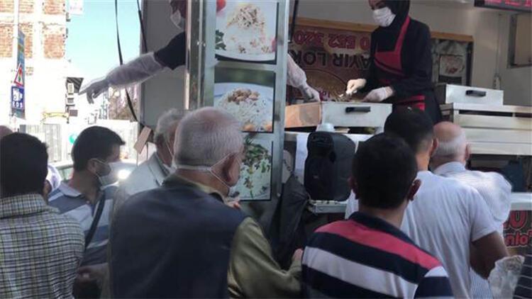 Avcılar'da sosyal mesafesiz hayır lokması dağıtımına polis uyarısı