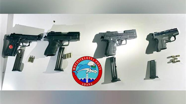 Polisi görünce kaçmaya çalışan 3 şüphelinin üzerinden 4 tabanca çıktı