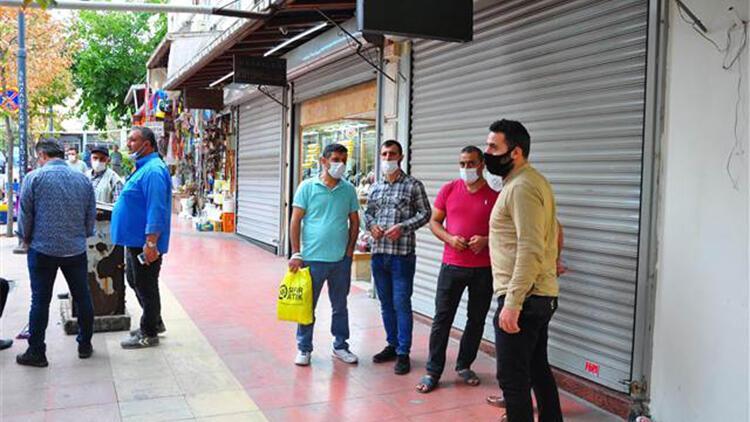 Dolandırıldıklarını iddia eden vatandaşların kuyumcu önündeki bekleyişi sürüyor
