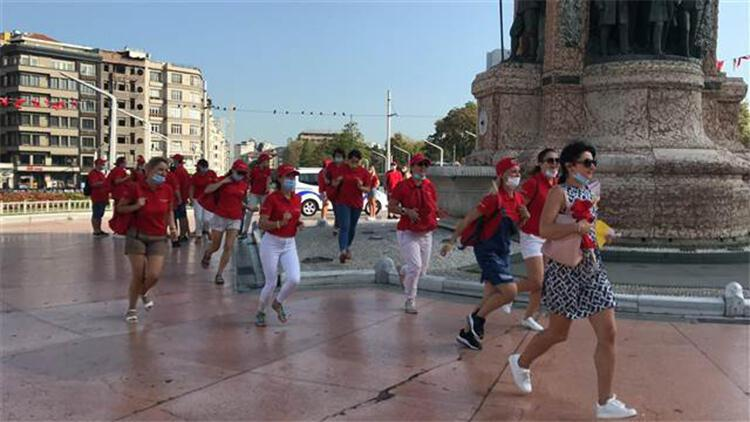 Taksim'de son ayların en kalabalık ve renkli turist grubu