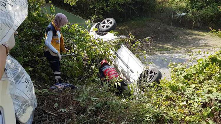 Şarampole uçan araç, ağaçlar sayesinde alt yola düşmekten kurtuldu: 1 yaralı