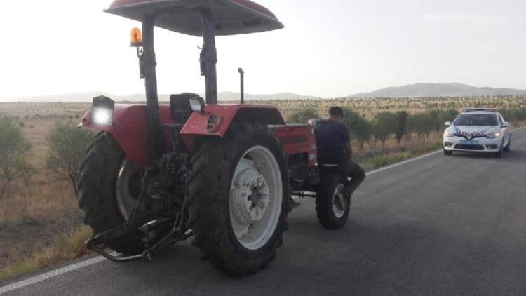 Karantinayı ihlal edip traktörle seyahat ederken yakalandı
