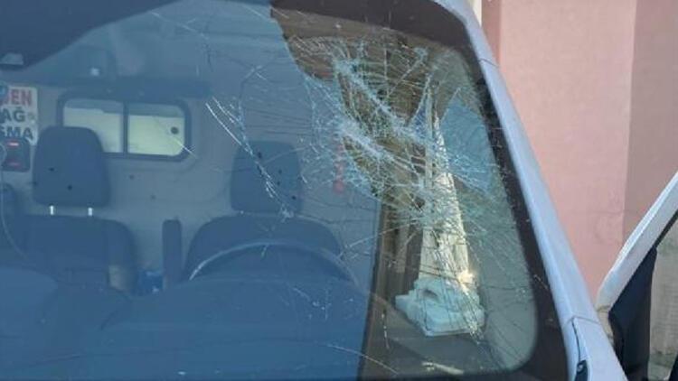 Taş ve sopalarla ambulansa saldırdılar