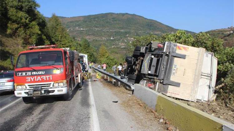 İnebolu'da freni boşalan kamyon devrildi: 2 yaralı