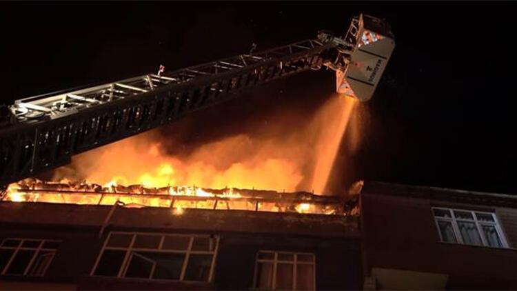 Sultangazi'de 5 katlı binanın çatı katı alev alev yandı