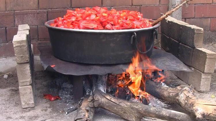 Balıkesir'de kış için domates ve biber salçaları yapılıyor