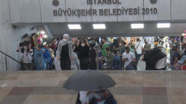 Eminönü'nde yağmurdan korunmak isteyenler alt geçide sığındı
