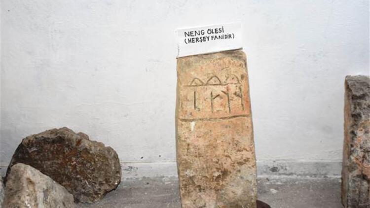 Göktürk alfabeli 'Her şey fanidir' yazılı mezar taşına koruma