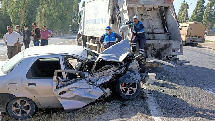 Erciş'te otomobil çöp kamyonuna çarptı: 2 yaralı