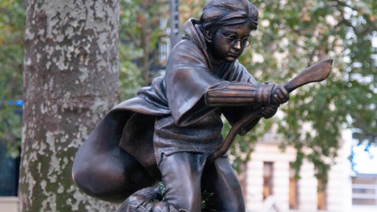 Londra'ya Harry Potter'ın heykeli dikildi