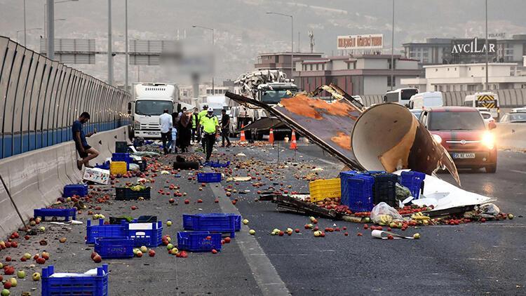 Kamyonet, başka bir kamyonete çarptı; meyve ve sebzeler yola saçıldı
