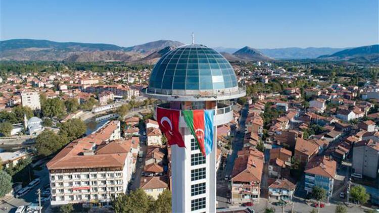 Tokat'ta, 66 metre yükseklikteki kuleye Azerbaycan bayrağı asıldı