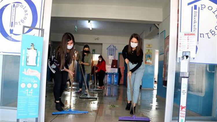 Fedakar öğretmenler, öğrencileri için hazırlık yapıyor