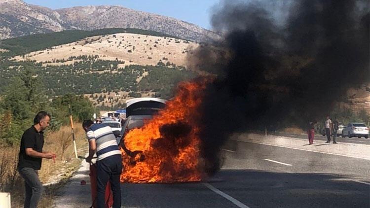 Son dakika haberler... Sıfır diye aldıkları araç ikaz bile vermeden alev alev yandı!