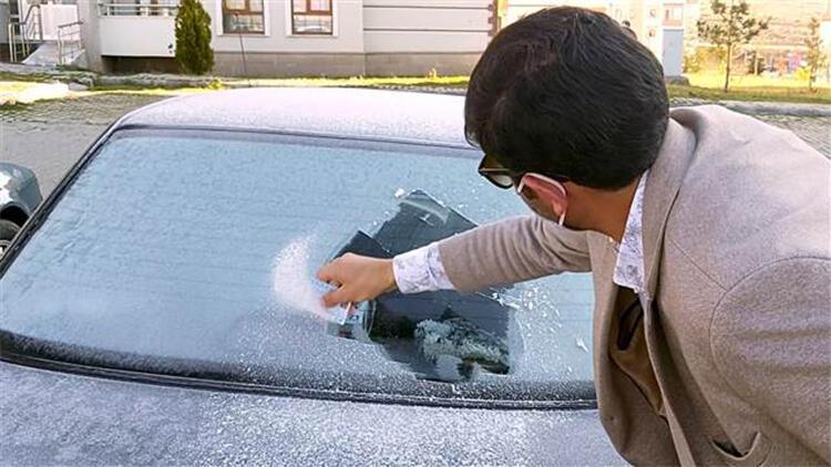 Ardahan'da otomobillerin camları buz tuttu