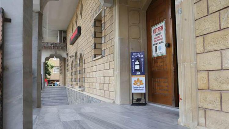Sultanbeyli'de cami girişlerine el dezenfektan üniteleri yerleştirildi