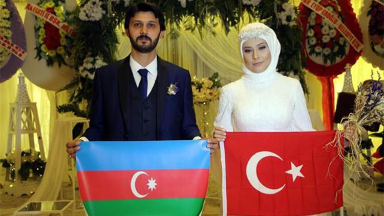 Gelin ve damat düğünlerinde Türk ve Azerbaycan bayrağı açtı