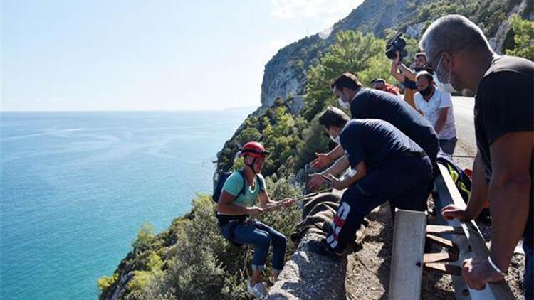 Denize inmek isterken kayalıklarda mahsur kalan Ukraynalı turist 6 saatte kurtarıldı