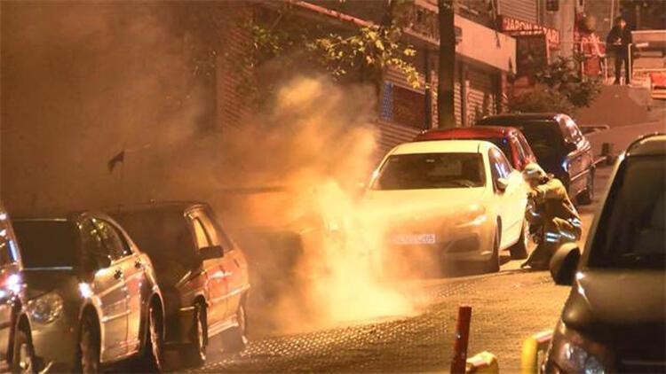 Fatih'te park halindeki otomobil alev alev yandı