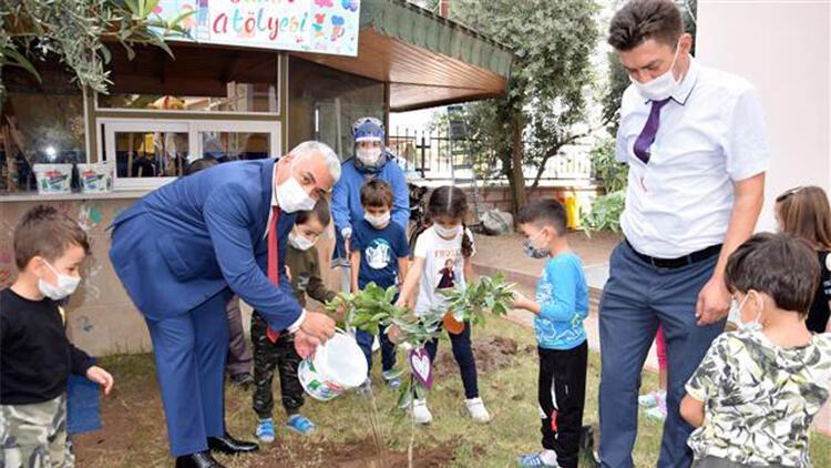 Minikler okul bahçesine fidan dikti