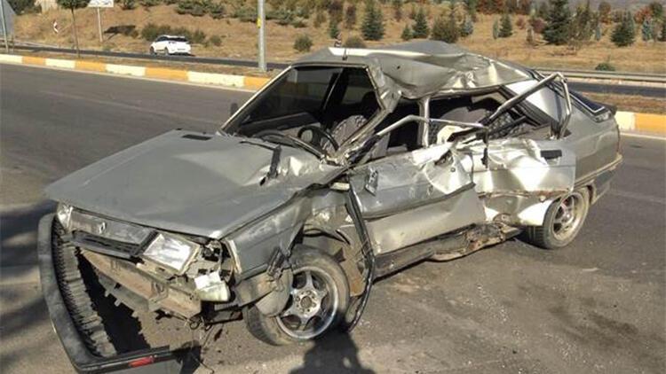 Lastiği patlayan otomobil traktöre çarptı: Sürücü öldü, babası ağır yaralı