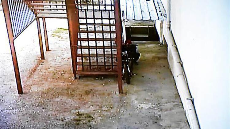 Yurt önünden bisiklet lastiği hırsızlığı kamerada