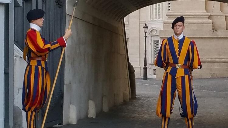 Vatikan'da papayı koruyan 4 İsviçreli muhafız, koronavirüse yakalandı