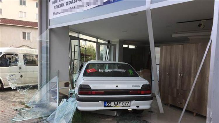 Samsun'da otomobil, mobilya dükkanına daldı: 4 yaralı