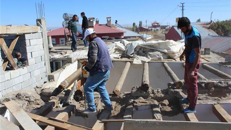 Ağrı'da 11 kişilik aile, yılanların yuva yaptığı evlerini yıkıyor