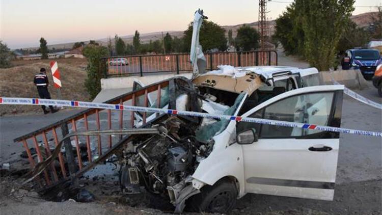 Hafif ticari araç demir korkuluklara çarptı: 1 ölü, 2 yaralı