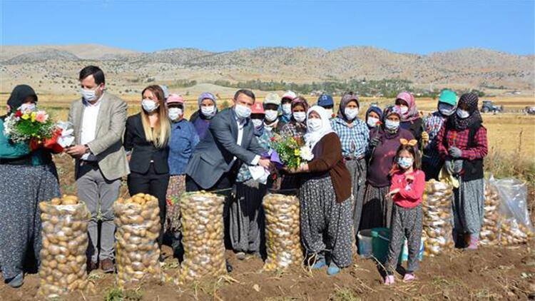 Kaymakamdan çiftçi kadınlara çiçek