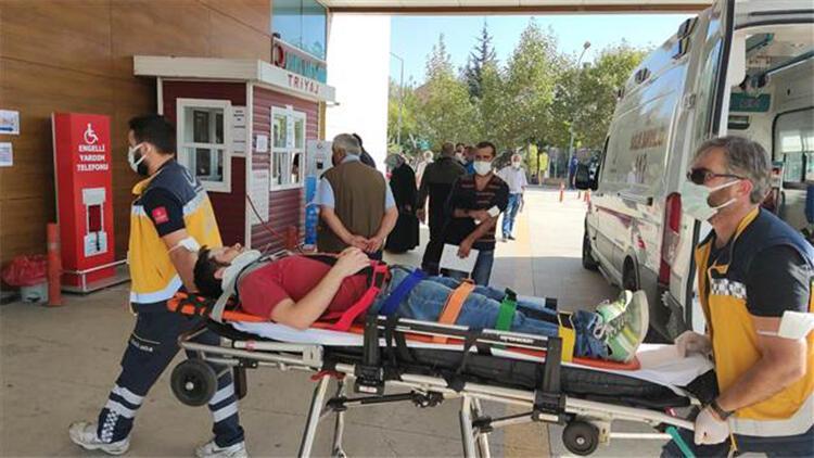 Seyir halindeki minibüsten düşerek yaralandı