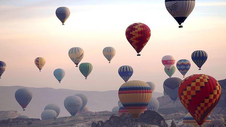 Yerli sıcak hava balonları ilk kez turistlerle uçtu