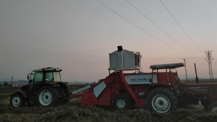 Yüksek gerilim hattının altından traktörle geçerken feci ölüm!