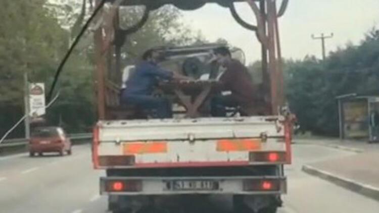 Seyir halindeki kamyonetin kasasında şok görüntü!