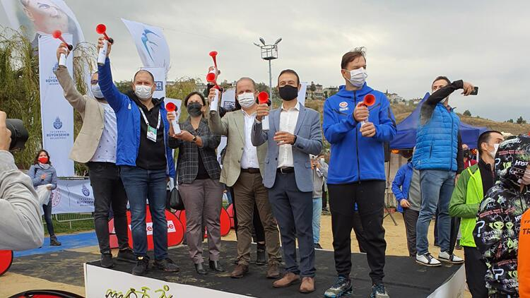 Triatlon'da 300 atlet bir araya geldi, kazananlar belli oldu
