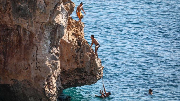 Gençlerin kayalıklarda tehlikeli eğlencesi