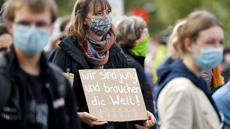 Almanya'da gençler başkalarını korumak için kurallara uyuyor