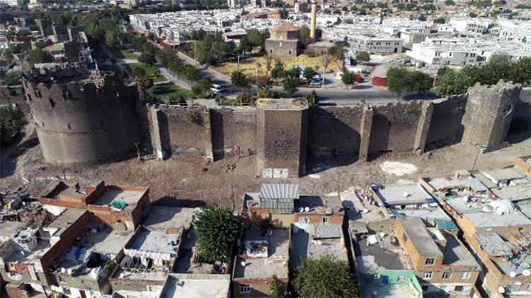 Diyarbakır'da gecekonduların yıkılmasıyla kitabe ve nişler ortaya çıktı