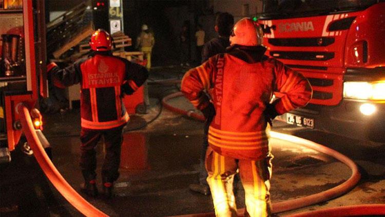 Adanada seyir halindeki kamyonette yangın çıktı