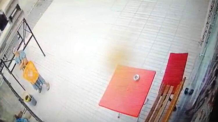 Etrafı gözledikten sonra temizlik kovasını çalması güvenlik kamerasına yansıdı