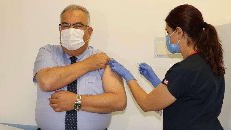 Aşı gönüllüsü profesöre, Çinin koronavirüs aşısının ikinci dozu yapıldı