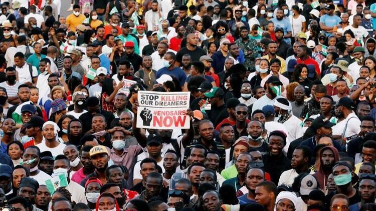 Nijerya karıştı Polis şiddeti karşıtı protestolarda 800den fazla kişi gözaltına alındı