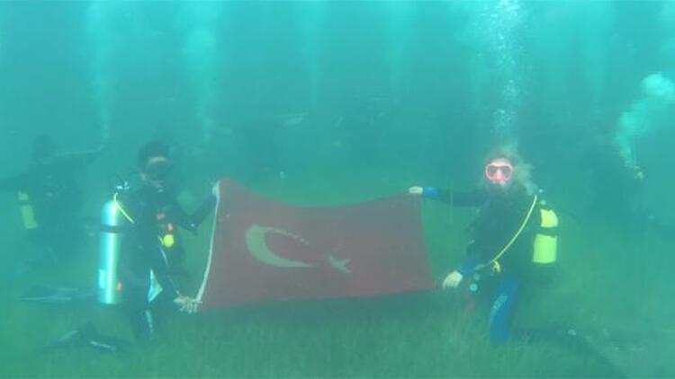 Cumhuriyet Bayramını su altında kutladılar